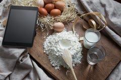 Cocendo e cucinare con la compressa digitale Fotografia Stock Libera da Diritti