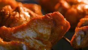 Cocendo le ali di pollo calde e piccanti della griglia nel forno con grano elaborato video d archivio