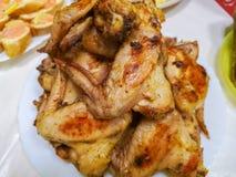 Cocendo le ali di pollo calde e piccanti della griglia nel forno con grano elaborato immagine stock