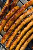 Cocendo sulle salsiccie Immagini Stock Libere da Diritti