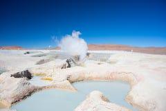 Cocendo a vapore l'acqua calda accumula sulle Ande, Bolivia Fotografia Stock Libera da Diritti