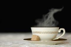 Cocendo a vapore tazza di tè isolata sul nero Fotografie Stock