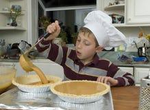 Cocer al horno a un muchacho de los jóvenes Imagenes de archivo