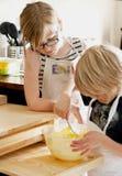 Cocer al horno una torta Fotos de archivo