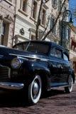 Coche 1940 y calle hermosos Imagenes de archivo