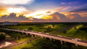 Coche aéreo del campo de la foto que corre en el puente del camino sobre ferrocarril imagen de archivo libre de regalías