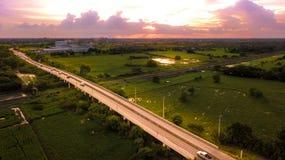 Coche aéreo del campo de la foto que corre en el puente del camino sobre ferrocarril imagen de archivo