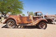 Coche abandonado dañado en el solitario de la gasolinera, Namibia Fotografía de archivo libre de regalías
