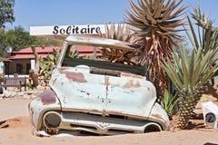 Coche abandonado dañado en el solitario de la gasolinera, Namibia Fotos de archivo libres de regalías