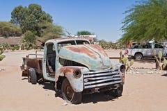 Coche abandonado dañado en el solitario de la gasolinera, Namibia Fotografía de archivo
