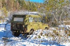 Coche abandonado en el bosque Imagen de archivo libre de regalías
