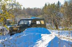 Coche abandonado en el bosque Foto de archivo libre de regalías