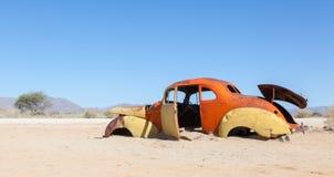 Coche abandonado en el desierto de Namib Fotos de archivo libres de regalías