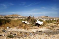 Coche abandonado en el valle en un día soleado, valle de Bequaa de Bequaa Fotos de archivo