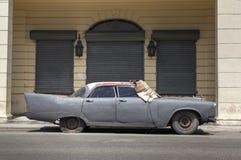 Coche abandonado en La Habana vieja, Cuba imagen de archivo