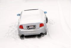 Coche abandonado en la nieve Fotografía de archivo libre de regalías