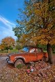 Coche abandonado en un campo del otoño Imagenes de archivo