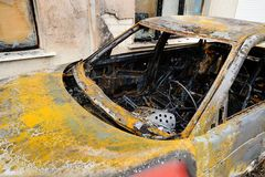 Coche abandonado hacia fuera arruinado quemado Fotografía de archivo libre de regalías