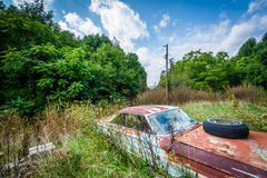 Coche abandonado, oxidado en el Shenandoah Valley rural, Virginia Foto de archivo libre de regalías