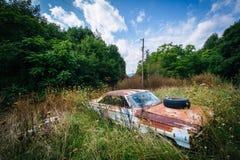 Coche abandonado, oxidado en el Shenandoah Valley rural, Virginia Imágenes de archivo libres de regalías