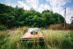 Coche abandonado, oxidado en el Shenandoah Valley rural, Virginia Imagenes de archivo
