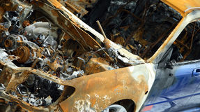 Coche abandonado quemado Foto de archivo libre de regalías