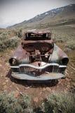 Coche abandonado viejo con los agujeros de punto negro Foto de archivo