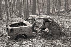 Coche abandonado viejo en el bosque Foto de archivo libre de regalías
