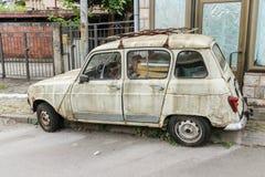 Coche abandonado viejo en la calle Montenegro, Budva 6 de junio de 2016 Imagenes de archivo