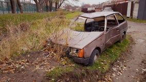 Coche abandonado viejo oxidado en el lado del camino almacen de metraje de vídeo
