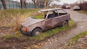 Coche abandonado viejo oxidado en el lado del camino almacen de video