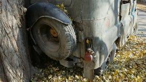 Coche abandonado viejo oxidado Jeep ruso soviético viejo retro UAZ metrajes