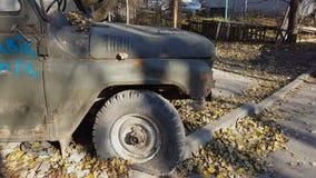 Coche abandonado viejo oxidado Jeep ruso soviético viejo retro UAZ almacen de video