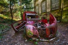 Coche abandonado viejo urbano foto de archivo libre de regalías