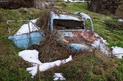 Coche abandonado y arruinado en el pueblo de Antartiko, Florina, Grecia Fotos de archivo libres de regalías