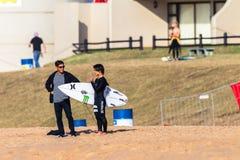 Coche Adviser de la playa de la persona que practica surf que practica surf Imágenes de archivo libres de regalías