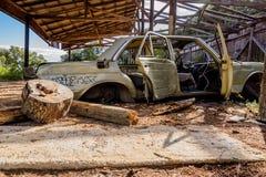 Coche aherrumbrado viejo cerca de un fuerte en Croacia Fotografía de archivo libre de regalías