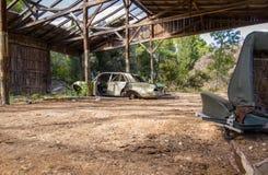 Coche aherrumbrado viejo cerca de un fuerte en Croacia Fotos de archivo