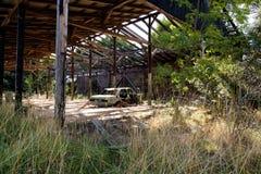 Coche aherrumbrado viejo cerca de un fuerte en Croacia Foto de archivo