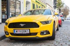 Coche amarillo brillante 2015 de Ford Mustang Fotos de archivo
