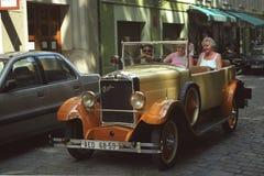 Coche amarillo de Praga del vintage en Praga Fotos de archivo