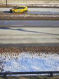 Coche amarillo del taxi en la tierra nevada de la luz del camino imágenes de archivo libres de regalías