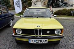 Coche amarillo del vintage de BMW de Alemania fotografía de archivo