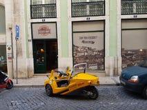 Coche amarillo en lissabon Foto de archivo libre de regalías