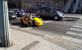 Coche amarillo en Praga Imágenes de archivo libres de regalías
