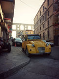 Coche amarillo viejo en Kavala foto de archivo