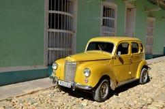 Coche americano amarillo hermoso en la calle de Trinidad, Cuba Fotos de archivo