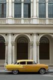 Coche americano amarillo viejo Fotos de archivo