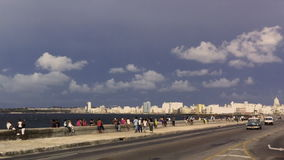 Coche americano del taxi del vintage en el Malecon Havana Cuba almacen de video