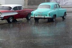 Coche americano del vintage debajo de la lluvia Imágenes de archivo libres de regalías